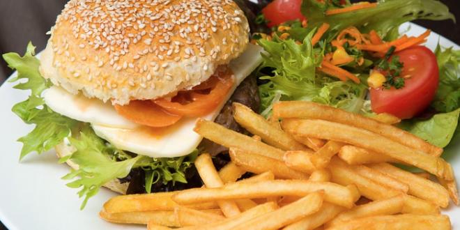 Hamburger Pommes Frites 660x330 - Die richtige Soße für jede Burger-Kreation